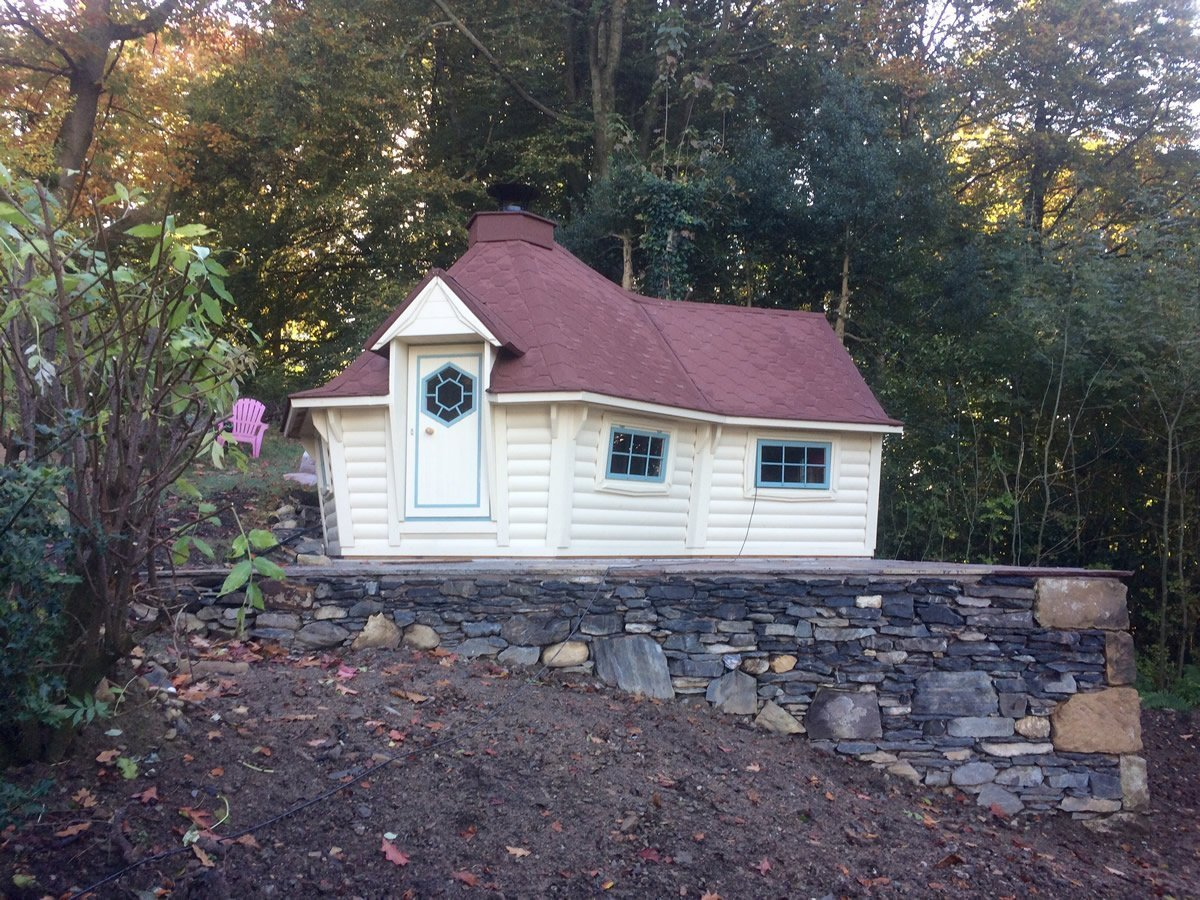 10m Sloping Wall Cabin with extension with Slate Feature Wall & Indian Paving Base