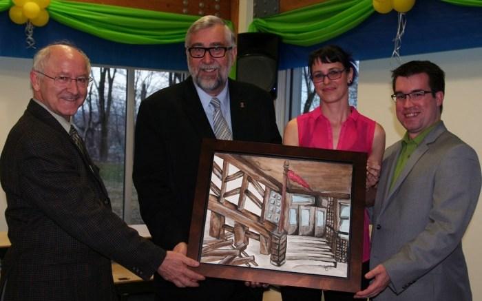 Le père Gérard Busque, le conseiller Yvon Bussières, la peintre Marie-Ève Gauvreau et Jonathan Lessard, président des Loisirs St-Sacrement