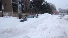voiture prise dans un banc de neige