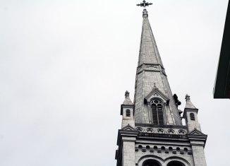 Tôles fixées pour l'église St-Charles-de-Limoilou