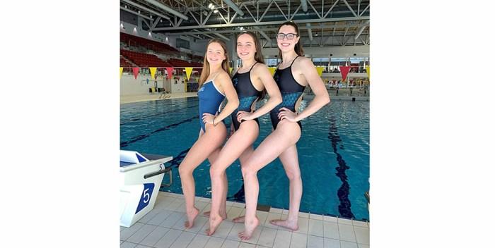 On surveille les nageuses Maïthé Boivin, Alyson Demers et Raphaëlle Plante