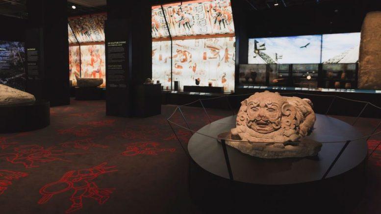 Sculpture d'un homme jaguar pour l'exposition Maya