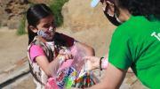 Petite fille qui reçoit un don