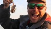 Stéphane Modat avec un petit poisson pêché