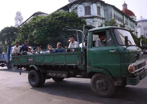Trabajadores birmanos regresan de sus fábricas./ Laura Villadiego