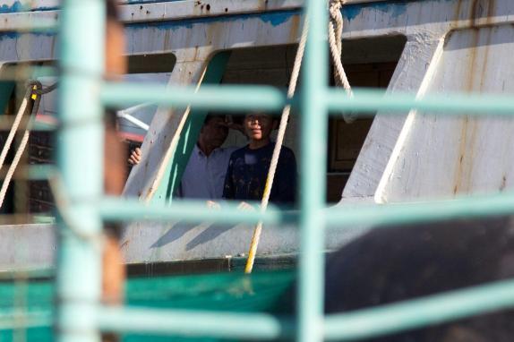 Pescadores birmanos en el puerto de Mahachai./ Laura Villadiego