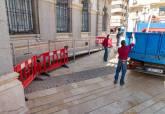 Colocación de la rampa para el besapié en Santa María de Gracia