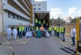 Personal municipal y sanitario descargan el centenar de camas donadas por un empresario local al Rosell