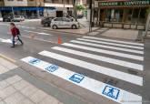 Pintado de pasos de peatones con pictogramas para niños con trastornos del aspecto autista