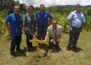 Personeros del AyA contribuyeron a la siembra de árboles en el futuro Jardín silvestre comunitario. Foto: Cartago Hoy