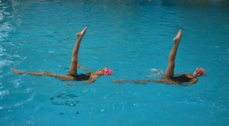 Clases de nado sincronizado en enero en el Polideportivo