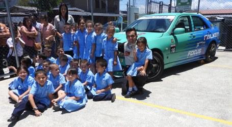 Niños aprenden a bordo de un carro de carreras