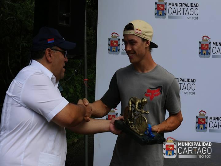 Al finalizar la carrera, el Alcalde Rodríguez le otorgóun reconocimiento al atleta de BMX, Kenneth tencio. Foto: Municipalidad de Cartago.