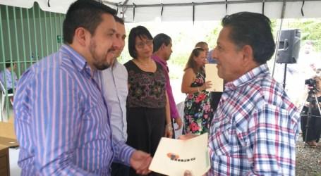 Tras espera de 34 años, familias turrialbeñas reciben título de propiedad
