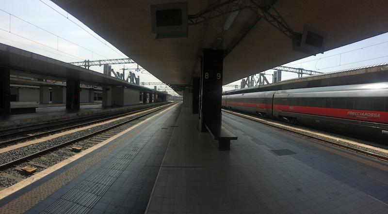 I pilastri della piastra/parcheggio in costruzione sui binari della Stazione Termini