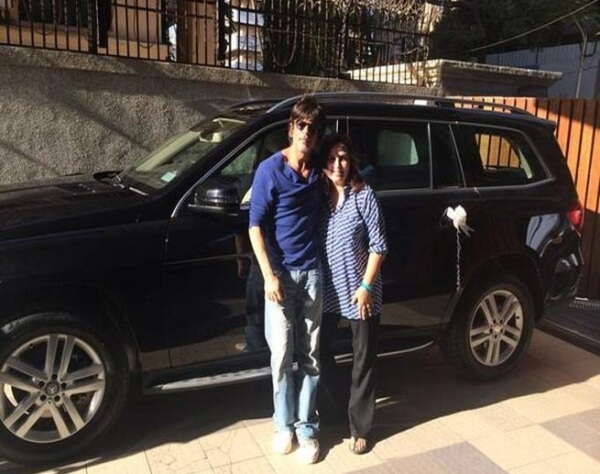 Shahrukh Khan gifting Farah Khan a Mercedes Benz GL-Class SUV