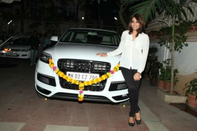 Bipasha_Basu_Car_Audi_Q7