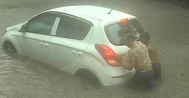 Hyundai i20 stuck in Mumbai flood 2017