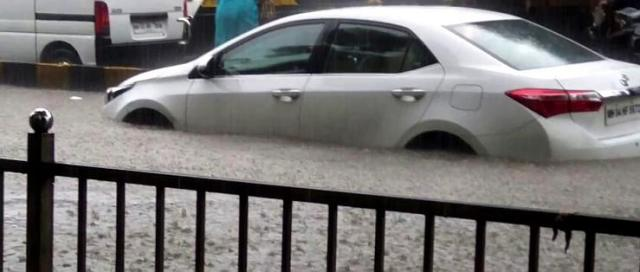 Toyota Corolla Altis stuck in Mumbai 2017 floods