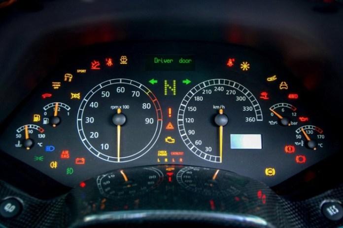 ड्राइविंग की 10 आदतें जो कार विशेषज्ञों को शुरुआती लोगों से अलग करती हैं