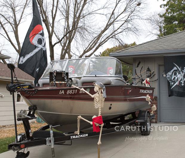 Skeleton pirates in Narvas' boat - dressed for Halloweeen