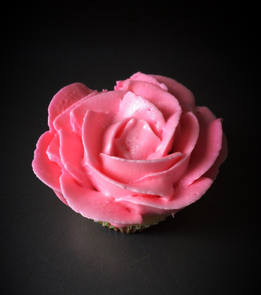 Quick buttercream rose swirl piping tutorial