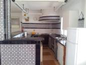 vista lateral de la cocina rural y la barra pequeña