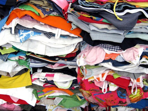 Appello di don Geremia Acri per la raccolta di indumenti usati