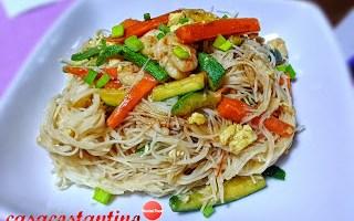 Vermicelli di riso con verdure croccanti, gamberi rossi e uova
