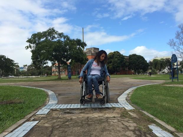 A estudante Ana Flávia lamenta as dificuldades para atravessar o campus (Foto: Naiara Arpini/ G1 ES)