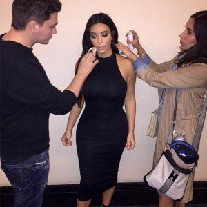 Amante do tamanho 'midi', a socialite Kim Kardashian usa a peça de cintura alta e, as vezes, combinado de um top cropped. Kim também é adepta aos visuais monocromáticos.