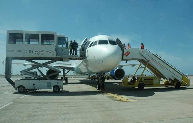 À esquerda na foto, vc observa o ambulifit, equipamento disponibilizado quando o passageiro não consegue subir escadas. (Imagem do Google Images)