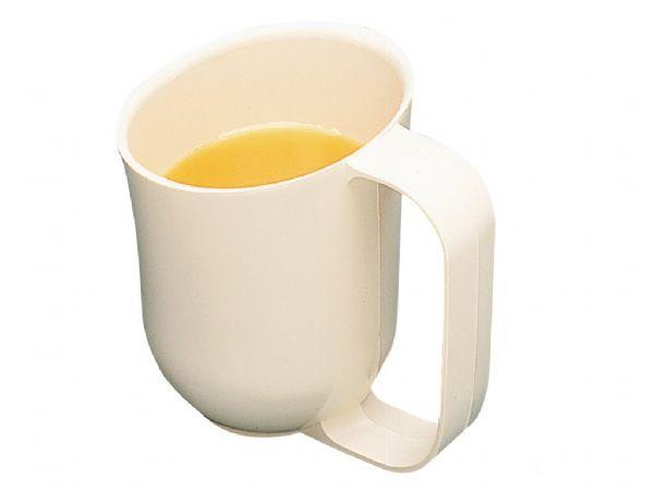 A imagem está no formato retangular na vertical. Nela contém uma caneca de plástico branca, com um líquido amarelo dentro. Fim da descrição.