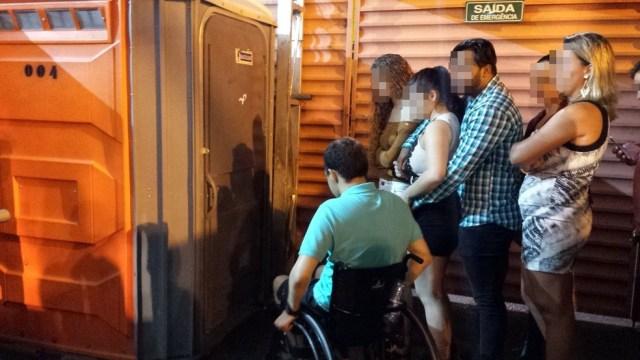 Paulo precisou esperar pessoa sem deficiência sair do banheiro para usá-lo e já havia outras pessoas na fila (Foto: Artur Lira/G1)