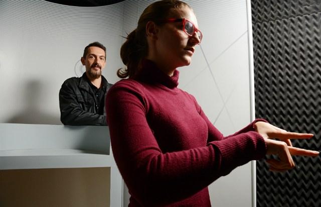 Acima, a intérprete de Libras Heiddy Adoryan e criador da OpenSenses, Paulo Anaya