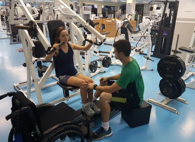 Sai a cadeira de rodas, entram pesos e halteres: Camila busca saúde e autonomia