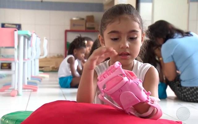 Garota está em processo de adaptação com a prótese (Foto: Reprodução/TV Bahia)