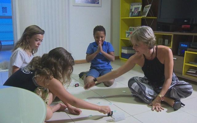 A analista de sistemas Raquel Nunes, de Brasília, tinha duas filhas quando adotou Marcelo (Foto: TV Globo/Reprodução)