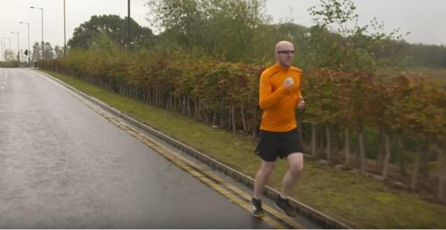 Simon Wheatcroft - corredor cego competirá sozinho na Maratona de NY (Foto: Reprodução/Youtube)