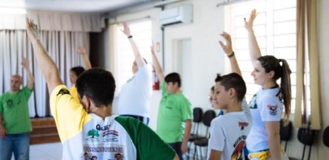 Professora Michele Correa Rodrigues (no canto à direita), durante aula de capoeira em São Leopoldo (RS)