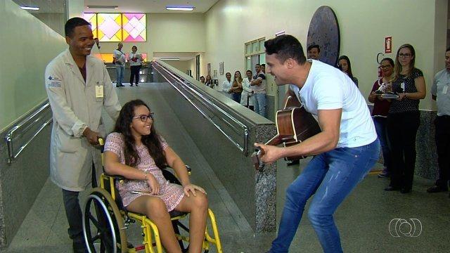 Resultado de imagem para Estudante é recebida por Israel Novaes ao deixar hospital