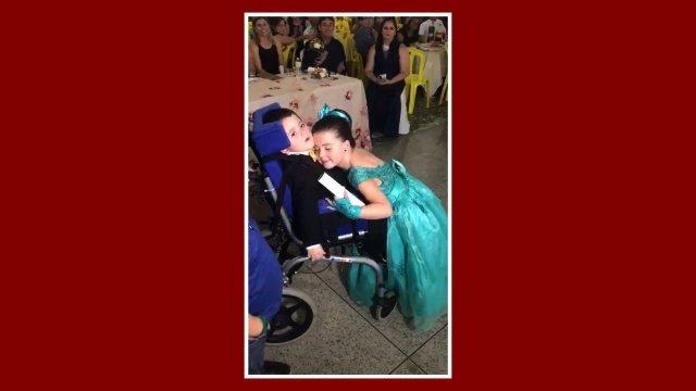 Resultado de imagem para Menina emociona família ao escolher irmão com paralisia como padrinho do ABC no Ceará
