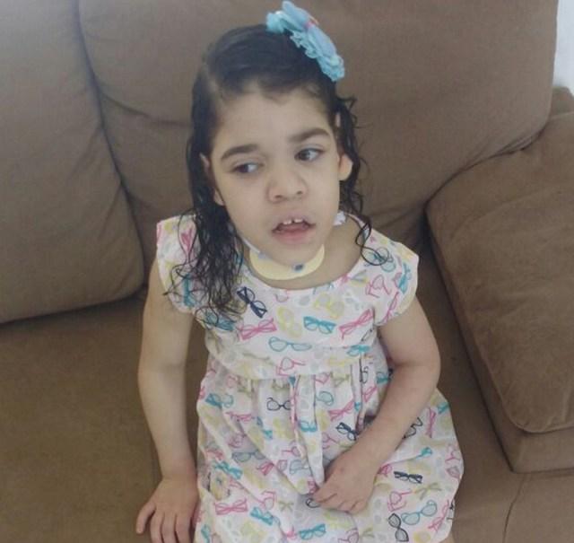 Sarah, que viveu desde o nascimento até os seis anos em hospital, na sala de sua casa (Foto: Arquivo pessoal)