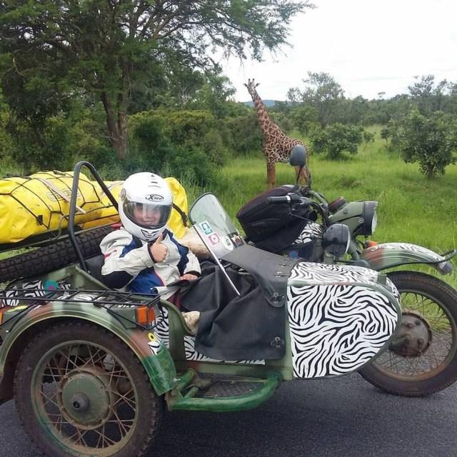 Sofia e a girafa... (Foto: Divulgação)