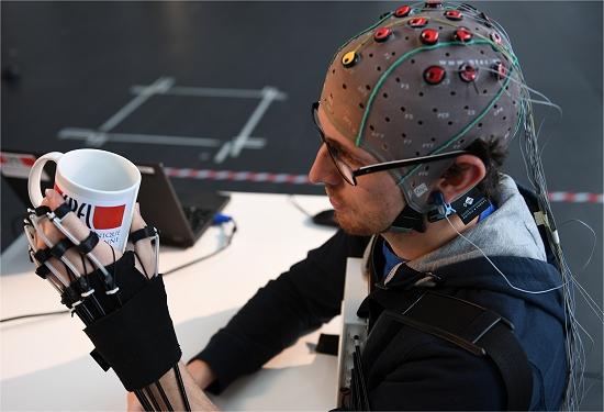 Exoesqueleto de mão controlado por ondas cerebrais