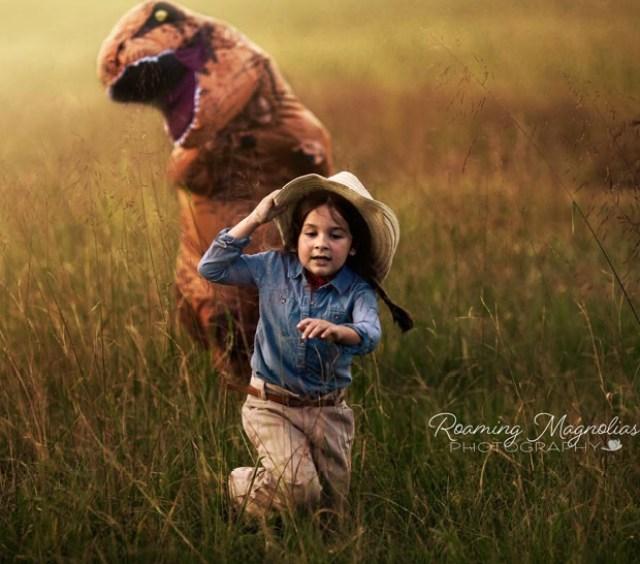 Levi vestido de dinossauro em ensaio divertido da família (Foto: Reprodução / Roaming Magnolia)