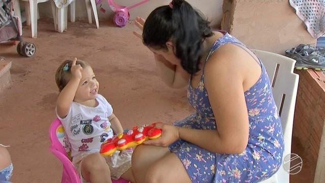 Mãe conversa em libras com filha de dois anos. — Foto: Reprodução / TV Morena