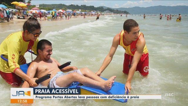 Resultado de imagem para Programa Praias Abertas dá acessibilidade para cadeirantes entrarem no mar em SC