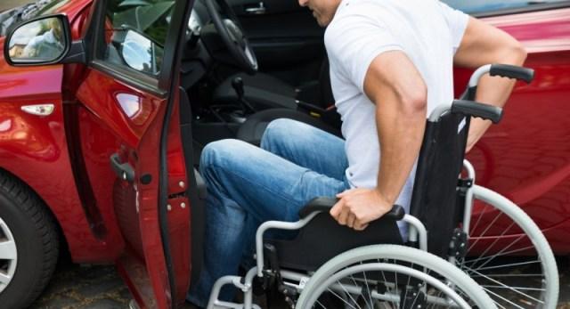 foto de um homem cadeirante entrando em um veículo