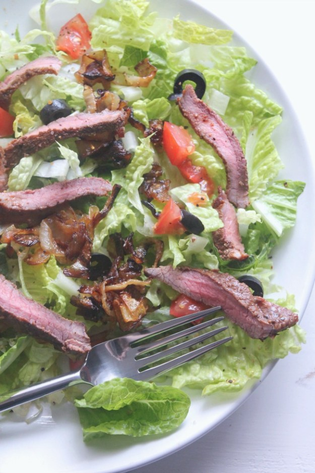 Bistro Steak Salad - tender grilled steak with carmelized onions, tomatoes, black olives, tossed in a creamy ranch dressing #SundaySupper | casadecrews.com